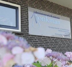 Foto van de voorkant van het kantoor